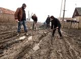 Ремонт дороги у ромському таборі