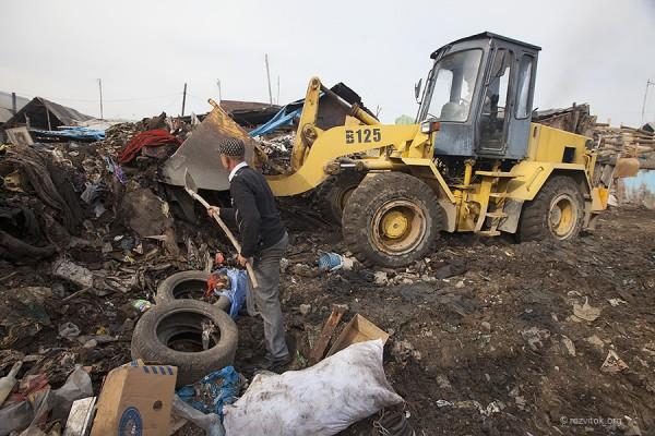 Уборка мусора в таборе