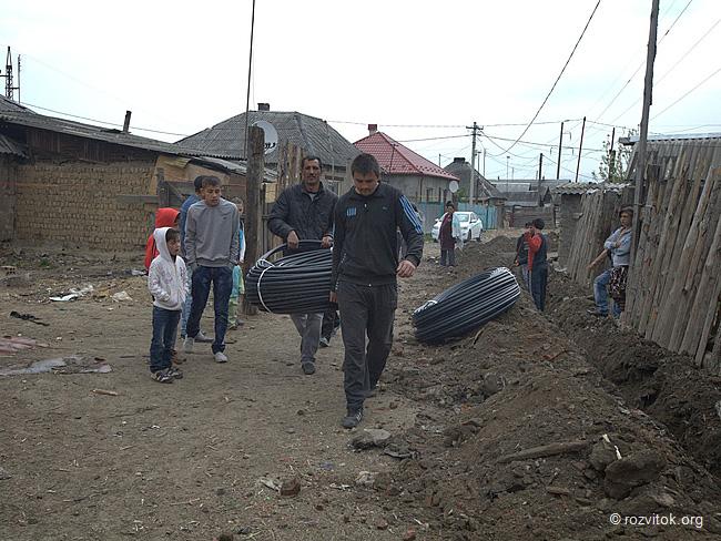 Мукачівські роми самостійно взялися за ремонт водопроводу